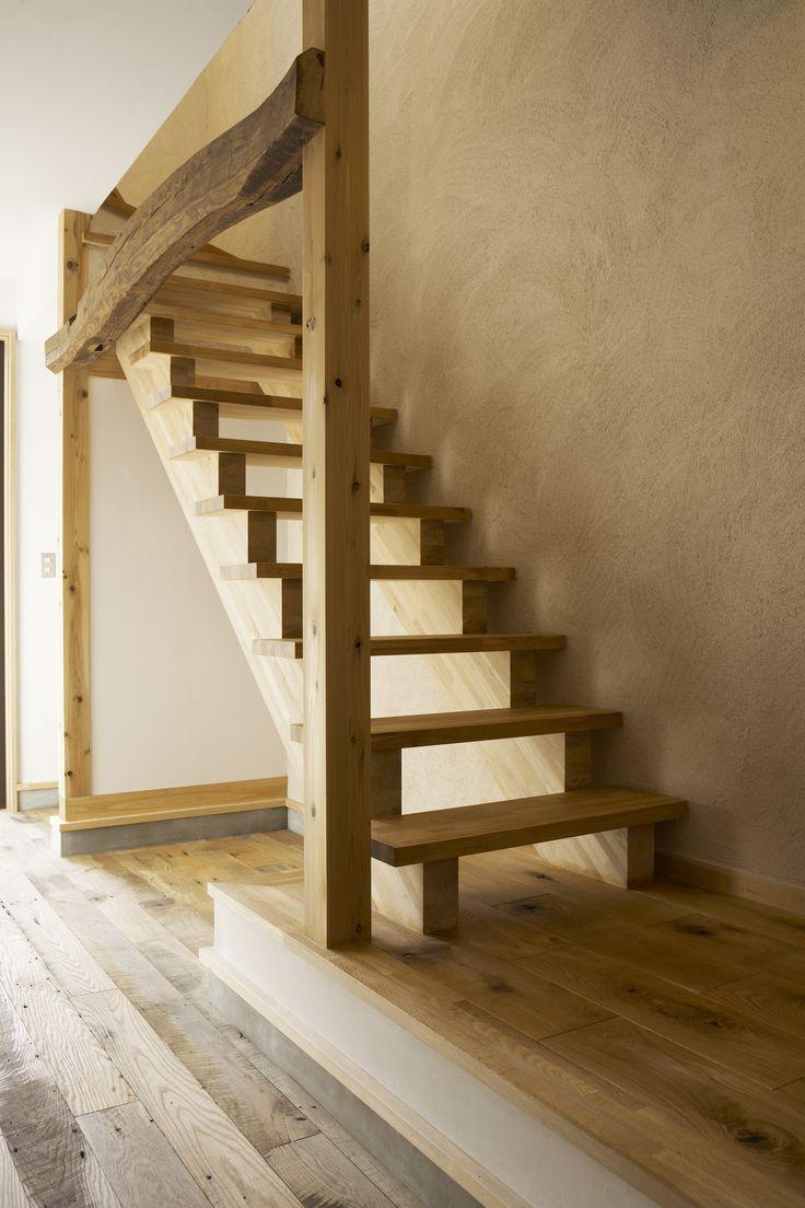 オークの無垢階段と古材の梁