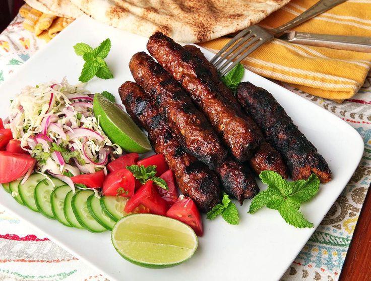 Люля-кебаб https://foodmag.me/lyulya-kebab  Время приготовления: 60 мин. Сложность приготовления: Очень просто Колорийность: 868 Ккал Количество порций: 4 Количество ингредиентов: 6  Ингредиенты: 1 кг баранины без костей,. 1 ч. л. черного молотого перца. 100 г курдючного сала. 4 луковицы. соль. сушеный базилик.  Этапы приготовления: Лук очистить, вместе с половиной сала измельчить в мясорубке. Оставшееся сало нарезать небольшими кусочками. Баранину вымыть, нарезать кусками и тоже измельчить…