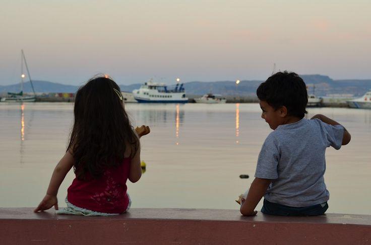 Παιδιά κάθονται στο λιμανάκι της Σητείας