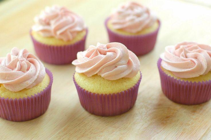 I cupcakes sono piccoli dolci, colorati e molto saporiti, delle vere e proprie tortine in miniatura dai mille colori e dagli innumerevoli sapori.
