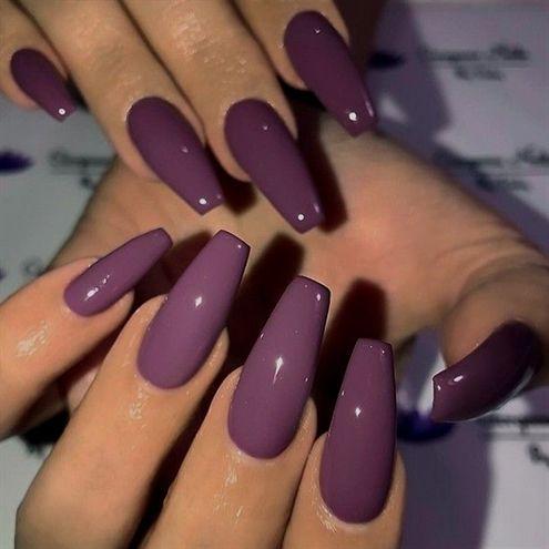 25 +> Pflaumenviolett auf langen Sargnägeln – – • – – Bild und Nageldesign von @gor … – Long nails