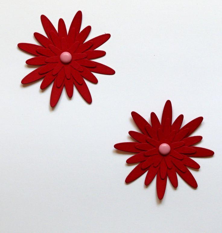 Květinka+červená+8,5+cm+Červená+kytička+je+vyrobená+z+pevného+kartonu+gramáž+220+gsm,+velikost+květinky+je+8,5+cm+ozdobená+dekorativním+hřebíčekm+vhodná+k+dekoraci+např.+přáníček,+krabiček,+pozvánek,+jmenovek,+taštiček.+Pomocí+oboustranné+lepicí+pásky+lze+nalepit+na+zeď,+na+skříňku,+na+okno.+Lze+vyrobit+i+v+jiné+barvě.+Z+květinek+lze+také+pomocí+tavné+...