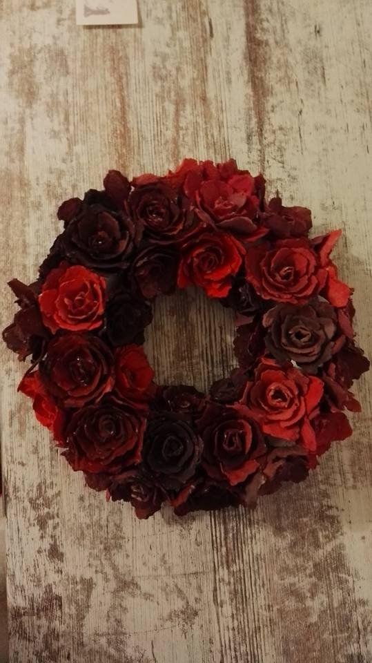 VĚNEC Z RŮŽÍ - Věnec z růží o průměru cca 23 cm, růže jsou ručně vyráběné z plat od vajec, barvené akrylovými barvami. Barva červená. Na přání lze vyrobit jinou velikost a barvu.    vavavu