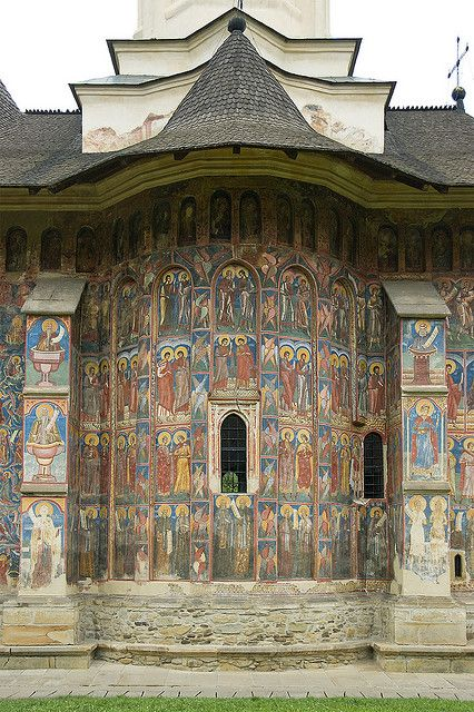 The Monastery of Moldovita, built 1532 in Bukovina, Romania. Astrogeographic position: both coordinates of the Monastery Church are in between the highly creative and inspiritual spiritual air sign Aquarius the sign of the sky and the highly imaginative, spiritual water sign Pisces the most important and most auspiscious indicator for temples. Valid for field level 4. Both signs but particularly Aquarius are/is to be seen as the indicator for the wallpaintings here.