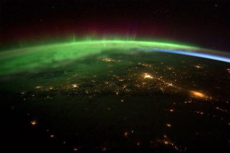 北アメリカの太平洋岸北西部を覆う柔らかな緑色のオーロラ。国際宇宙ステーション(ISS)に滞在する宇宙飛行士が撮影した。 緑色のオーロラは、地上100キロ付近の低高度で発生。300~500キロまで高度が上がると、赤一色に発光する。 写真右側には、オーロラの下に青みがかった輝き「大気光」も確認できる。高層大気中の原子や分子が太陽紫外線を受けて発光する現象である。