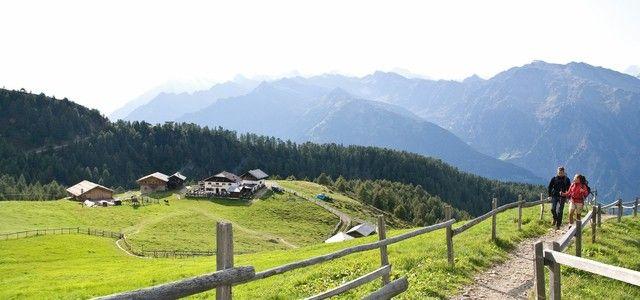 Hirzerhütte - Gompm Alm – Grube Mit der Hirzer Seilbahn gelangt man von Saltaus nach Klammeben und nach einem kurzen Ab- bzw. Anstieg zur Hirzerhütte.