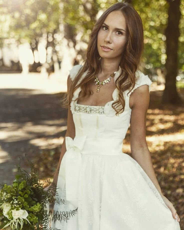 Ein traumhaftes Brautdirndl von Tian van Tastique #vintage #weddingdress #Brautdirndl #Hochzeitsdirndl #Brautkleid https://www.facebook.com/DivineIdylleTianvanTastique/ www.tianvantastique.com