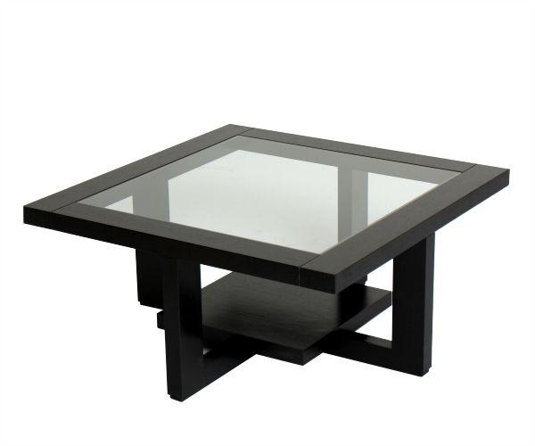 Mesa de centro, ligera y traslúcida esta mesa deja ver su profundidad, con doble superficie para sobreponer objetos. Materiales: vidrio, perillo y roble oscuro.