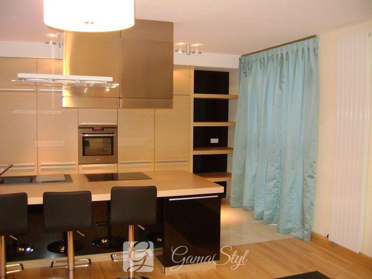 Zasłony w kuchni połączonej z jadalnią. Na tej samej ścianie zastosowano to samo rozwiązanie ale żeby zachować odrębność przenikających się płaszczyzn zastosowano w części kuchennej zasłony gładkie a bardziej ozdobne, kwiatowe w części salonowej. http://www.gamastyl.pl/oferta/dekoracje-okien