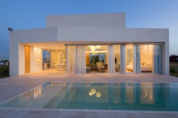 Mirá imágenes de diseños de Casas estilo minimalista: FACHADA NORTE. Encontrá las mejores fotos para inspirarte y creá tu hogar perfecto.