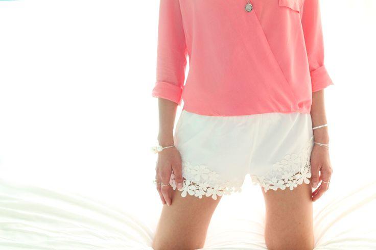 Inspiration short blouse drapée corail bracelet collier médaille