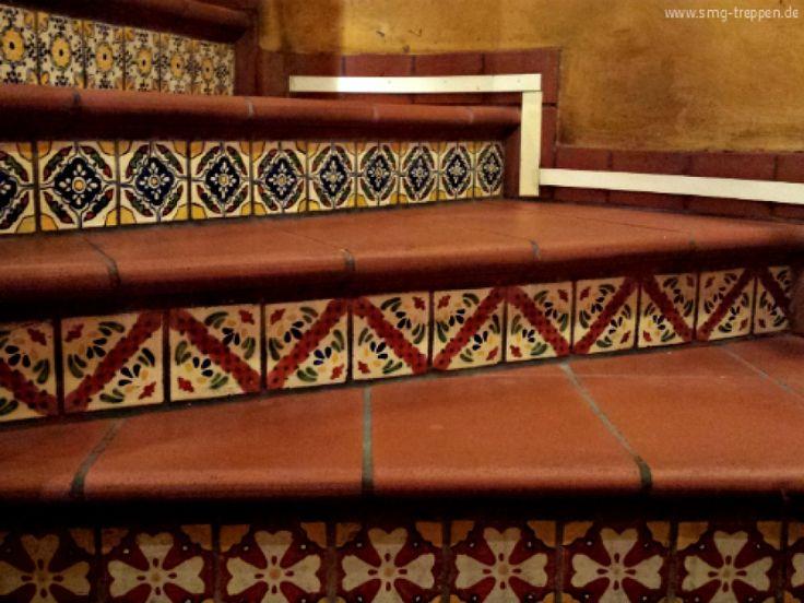Warum nicht mal die Setzstufen mit Ornamenten verzieren? Bringt auf jeden Fall etwas Farbe ins Treppenhaus.