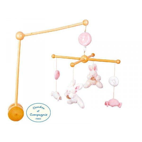 Mobile musical en bois avec des petits lapins coloris rose. Tous les amis dansent en musique et bébé s'endort facilement. Mobile musical livré complet avec la boîte à musique et la potence, veillez à ce que la pince soit bien fixée au support