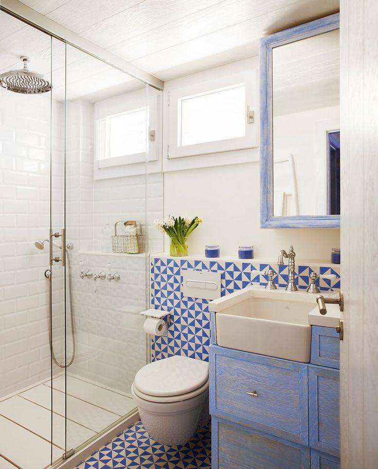 En el baño Mosaico hidráulico de Azul Acocsa. Grifería de Bossini-Cristina. Muebles, de Knowhaus.