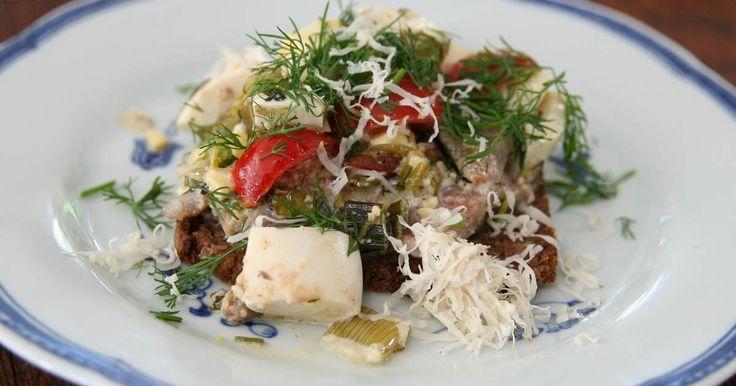 Ljummen ägg- och matjessillröra som serveras på kavring. Lika gott som en lättare lunch som till förrätt.
