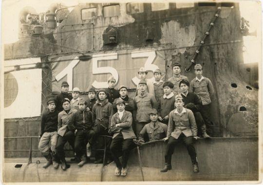 4.「沈んでいく艦に敬礼を…」爆破直前の伊53 1946年4月1日 / Japanese submarine I-53 (before blasting disposal) Nagasaki, April 1946