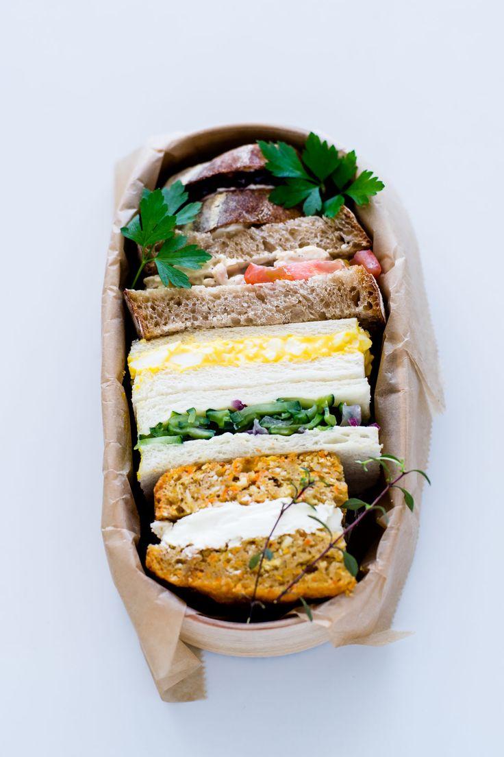 ・クリームチーズとブルーベリー ・ツナとトマトとバター ・卵サラダ ・きゅうりと紫玉ねぎの塩もみ ・スライスしたキャロットケーキにクリームチーズをはさんだもの。 how-to-pack-a-sandwich-in-magewappa-bento-1