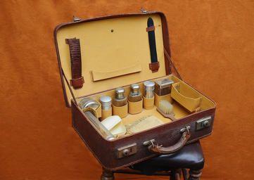Malette de toilette pour homme des années 30, malette de barbier, valise ancienne et vintage, valise de barbier, ustensils de barbier, friperie en ligne Capharnaüm, brocante et antiquités