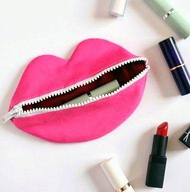 Cartuchera para maquillaje en forma de besito.Mua !