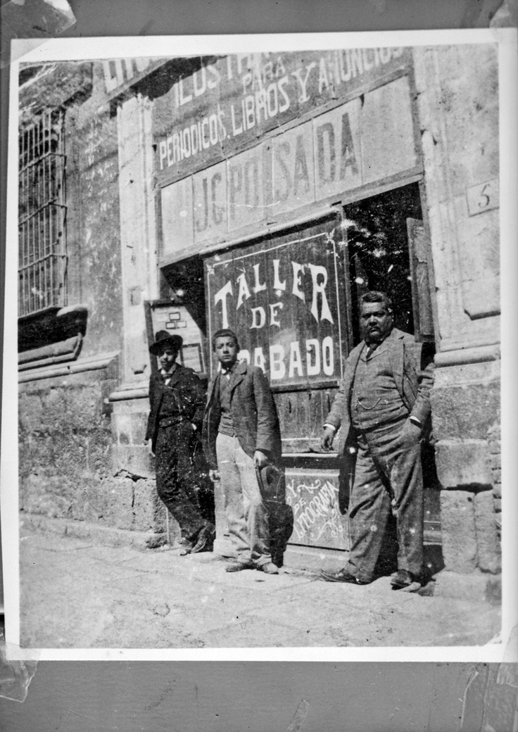 JOSÉ GUADALUPE POSADA, EN LA PUERTA DE SU TALLER DE GRABADO.  MÉXICO, D.F.   HACIA 1905  ARCHIVO CASASOLA  © 25292  CONACULTA.INAH.SINAFO.FN.MÉXICO