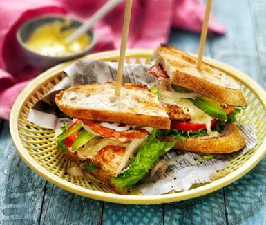 Recept: Club sandwich med avocado och currydressing