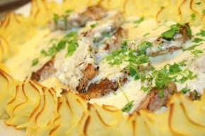 Fläskfile i krämig gorgonzolasås. Fläskfilen kan bytas ut mot oxfile och även mot kycklingfile. Det här behöver du till 4-5 portioner: 6 portioner potatismos 2 äggulor 2 putsade fläskfilé salt och peppar Gorgonzolasås : 2 msk Smör 150 gram god gorgonzolaost 1 liten fin finhackad sharlottenlök 4 dl creme fraiche 1/2 … Läs mer