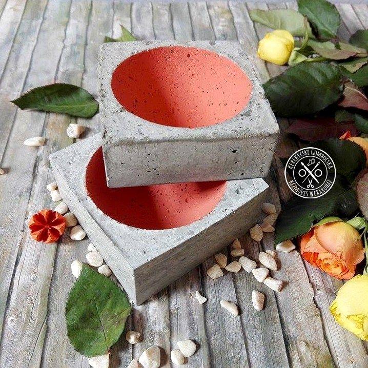Két darabos betontároló szett - 4790 Ft  Betonból készült tárgyak, melyek korallszínűre festett mélyedéseiben apróságok tárolására vagy dekorációk elhelyezésére van lehetőség. Különlegessége lehet otthonodnak. A kisebb tárgy méretei: 9×9 cm széles, 3,5 cm magas A nagyobb tárgy méretei: 9×9 cm széles, 4 cm magas Csak szettben vásárolható meg.