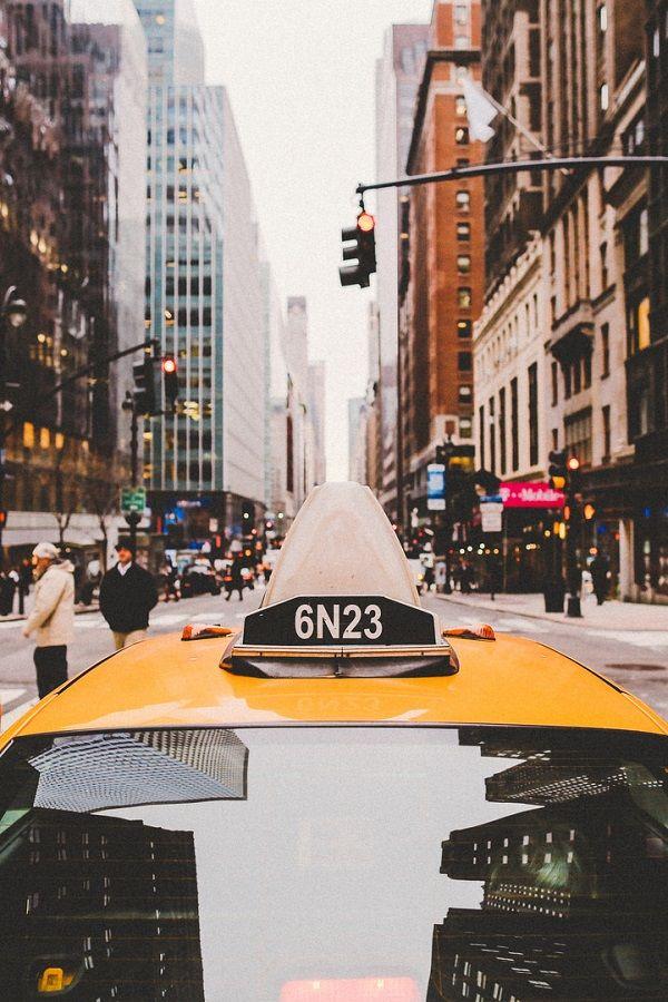 Openbaar vervoer in New york met hoogbouw en drukke straten
