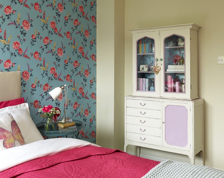 For a country-inspired look, team a floral wallpaper with cream paint. As