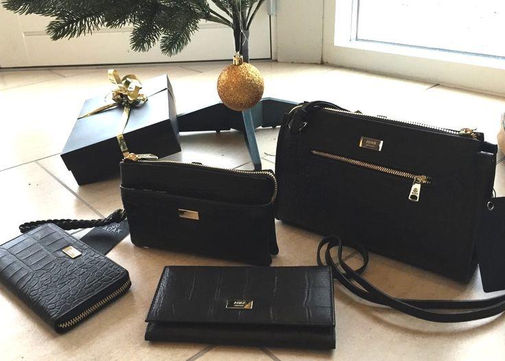 Se her hele serien fra Adax Messina 2 punge, 1 clutch og taske med lang rem. Serien er i skind med flot crocopræg. Pris fra 599,-
