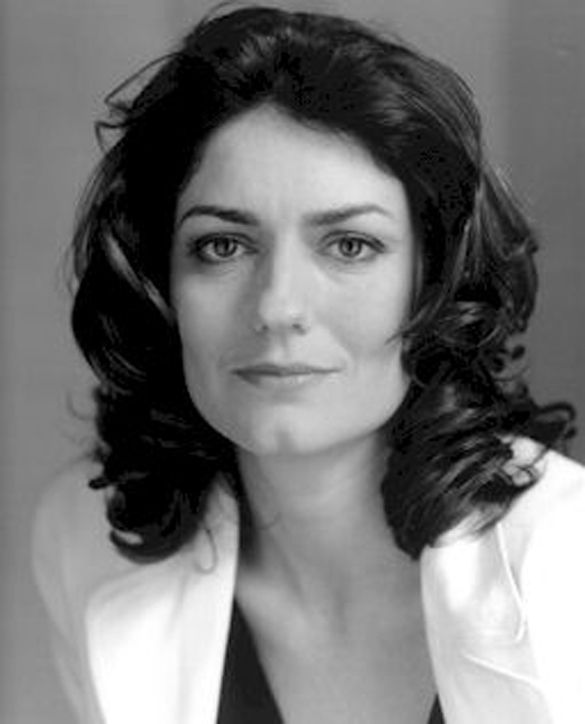 The actress Anna Chancellor, who played Caroline Bingley in P&P 1995, is descended from Jane's brother Edward.She very possibly bears a family resemblance to her famous aunt. Jane was described as tall and slender, with high cheekbones and high color, and sparkling hazel eyes.