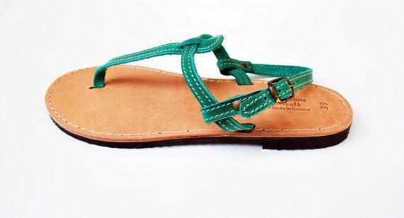 En la foto en verde claro. Estas sandalias son hechas a pedido. Por favor en contacto conmigo en caso de tener pies estrechos o ancho. Cada par en los colores disponibles para personalizar o ponerse en contacto conmigo para más detalles. T cuero sandalias para las mujeres. Se fabrican