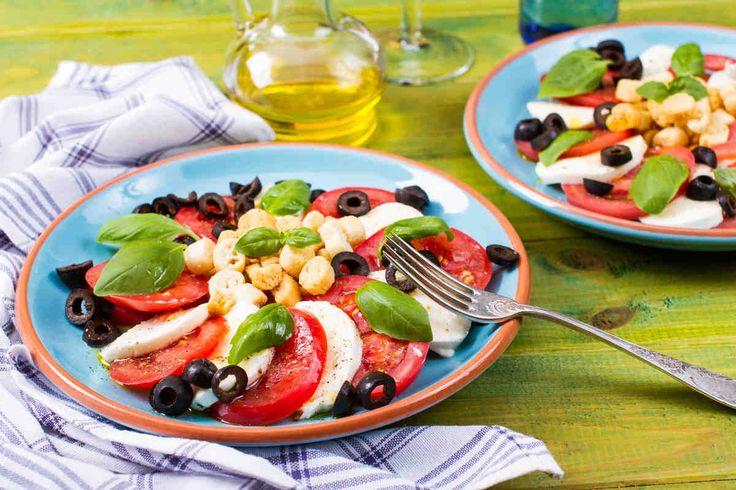 Sałatka caprese z mozzarellą #smacznastrona #poradytesco #caprese #italy #mozzarella #oliwa #pomidory #pycha