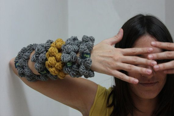 Bracciali in lana lavorati all'uncinetto scalda polso di NICOUTURE