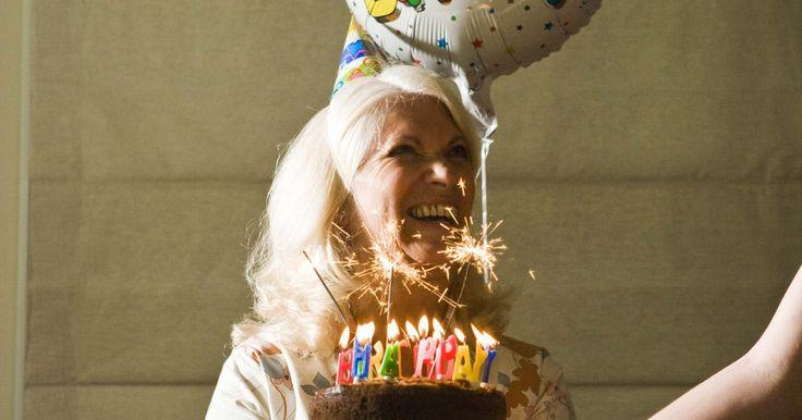 O que são balões de mylar. Balões de Mylar são usados em muitos lugares, como lojas de presentes e lojas de festa. Embora eles sejam chamados de balões de Mylar, eles são feitos de nylon metalizado. Os balões têm um revestimento de chapa metálica ligado a uma camada de polietileno, capaz de formar uma capa resistente e colorida.