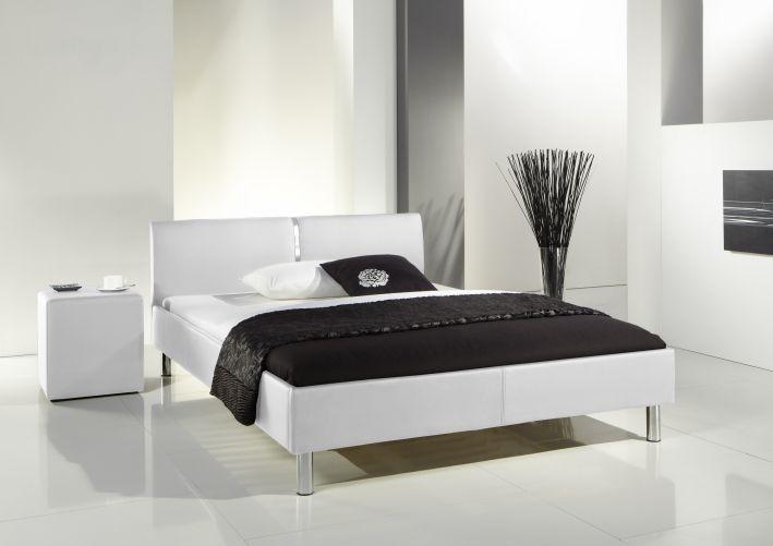 Ledikant CHRISI - wit. Met een metalen chroomlook sierstrip in het hoofdeinde. Leverbaar in wit en zwart in 140x200 cm. Ook een geschikt bed voor de tienerkamer.  MeubelsOnline-collectie.