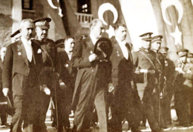 UNESCO'nun Atatürk tanımı</br>Atatürk, uluslar arası anlayış, iş birliği, barış yolunda çaba göstermiş üstün kişi, olağanüstü devrimler gerçekleştirmiş bir devrimci, sömürgecilik ve yayılmacılığa karşı savaşan ilk önder, insan haklarına saygılı, dünya barışının öncüsü, yaşamı boyunca insanlar arasında renk, dil, din, ırk ayrımı gözetmeyen, eşi olmayan devlet adamı, Türkiye Cumhuriyeti'nin kurucusudur.