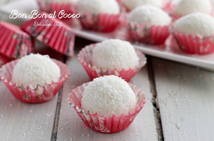 Delicati e leggeri sono i Bon bon al Cocco. Sono dolcetti freschi e fatti solo con lo yogurt. Una ricetta facile e senza cottura :)