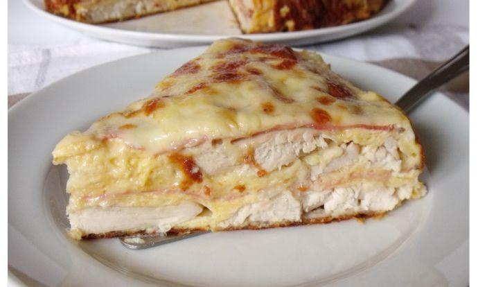 Slaný koláč s kuřecím masem, šunkou a sýrem