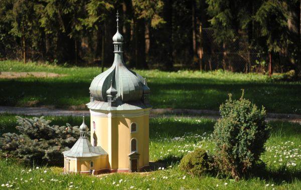 Kostel Jména Panny Marie (Lomec) Dalších 59 modelů českých památek čeká v Parku Boheminium. Skvělé místo pro výlet!