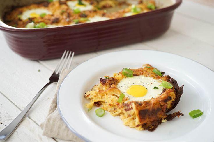 Rösti aus dem Ofen – mit gewürfelten Sucukstücken und einem Spiegelei in jeder Portion. Ein einfaches Gericht, welches in unter 20 Minuten im Ofen steckt.