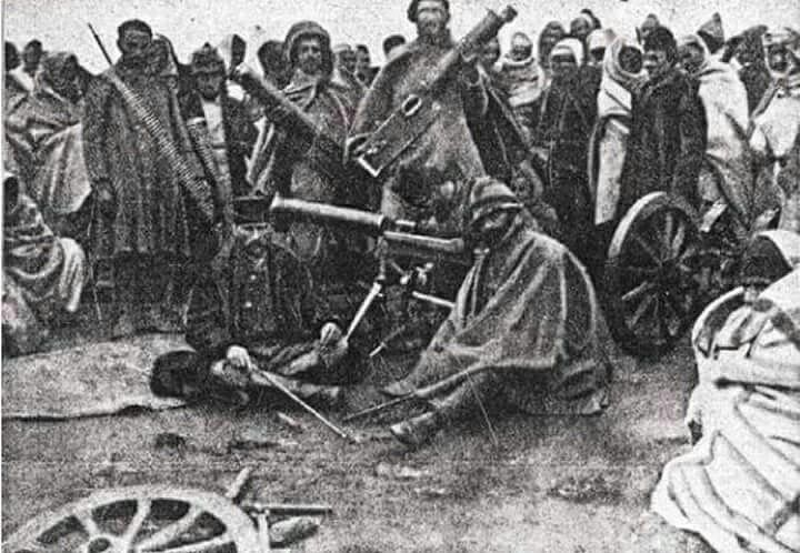 1911 – Trablus (Libya) Çöl muhaberesinde İtalyanlardan ele geçirilen top ve mitralyözler.Önde Binbaşı Enver ve Kolağası (Kd.Yüzbaşı) M.Kemal
