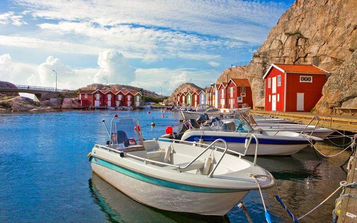 İsveç'in batı kıyısında yer alan Smogen, geçmişte birbirine çok yakın birkaç adadan oluşan bir ada topluluğu iken, zamanla adaların arasındaki boşlukların doldurulmasıyla tek bir ada haline dönüşmüş. Smogen, insanı dinlendiren denizi, balıkçı evleri ve iskeleleri süsleyen tekneleri ile ülkenin en güzel kasabalarından biri. #Maximiles #Smogen #İsveç