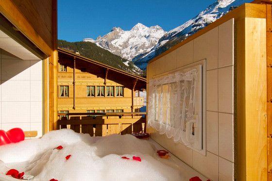 Quoi de plus romantique qu'une love room avec jacuzzi privatif? Le bon de la boutique Cadeaux24.ch permet aussi d'accéder à la piscine et de profiter d'un dîner romantique pour deux personnes.