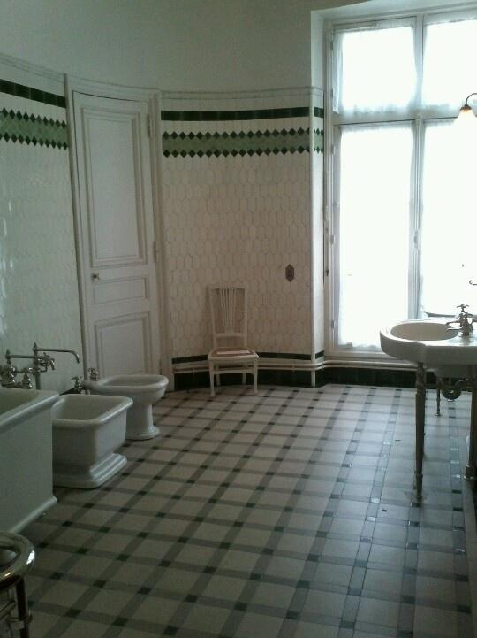 L'hôtel Camondo apparait très novateur dans sa conception de la salle de toilette. Il comporte en effet 3 très grandes salles de bains, caractérisées chacune par une couleur (une bleue pour le maître de maison, Moïse de Camondo,  une verte pour son fils Nissim, une jaune qui ne fait pas partie du parcours de visite) et équipées chacune d'un lavabo en porcelaine, d'une baignoire, d'un lave-pieds (de forme carrée) et d'un bidet (de forme « Barbapapa » comme il se doit!) en grès émaillé.
