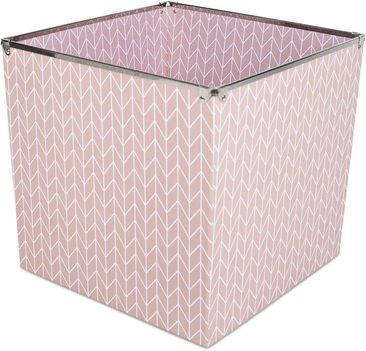 Alice & Fox Förvaringslåda Arrows, Dusty Rose är en rymlig förvaringsbox i en snygg rosa design som passar perfekt till alla barnrum. Lådan är tillverkad av papp och har metallkanter upptill. <br><br>Mått: L32 x B32 x H30 cm.<br><br>Material: Papp/Metall.<br><br>Färg: Rosa.