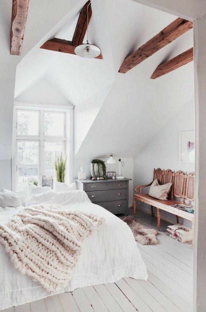 decoracion-de-dormitorios-cama-manta-tejida-armario-gris-sillas-de-madera-techo-inclinado