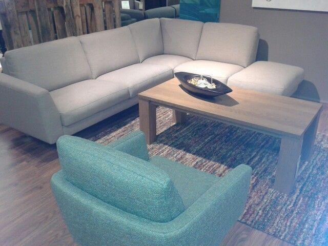 Mooi wonen is genieten! Comfortabele hoekbank & mooie draaifauteuil met een sfeervol vloerkleed