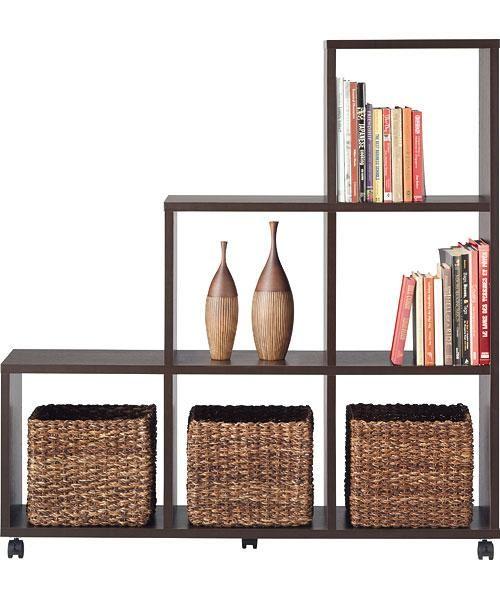 圧迫感のないように奥行きをスリムに仕上げながら、A4ファイルや雑誌類をラクラク収納できます。 背板がなく表裏共に裏面化粧がされている為、壁面だけではなく、お部屋の中心で間仕切りとして使用が可能。 シンプルなオープンタイプなので、リビングはもちろん、玄関や子ども部屋など使う場所を選ばず、観葉植物や写真立てなどディスプレイしながら片付けができます。 お部屋間の移動もラクラクできる便利なキャスター付き。 別売りの棚板を設置すれば、さらに細かく分類収納できます。 また、別売りの【L-キューブボックス】シリーズとの組合せも可能です。パーティションラック(セパロ ST)