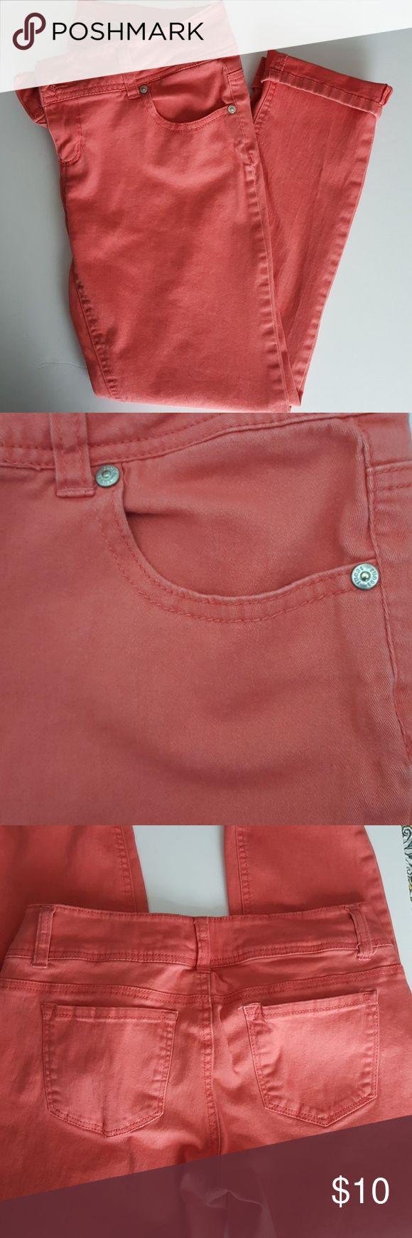 Coral Capri pants 98% cotton, 2% spandex. Very comfortable! Good used condition. Size 9/10. Pants Capris